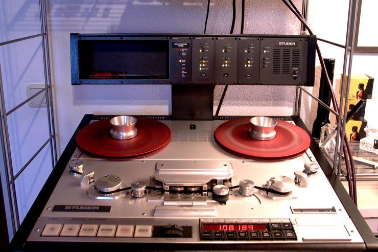 Die A820 markiert den Höhepunkt der Tonbandentwicklung. Bandlauf und analoge Audioschaltungen werden digital gesteuert. Es gibt beispielsweise 16 Speicher für die Entzerrungen nach NAB und CCIR für jeweils vier Bandgeschwindigkeiten und je zwei Bandsorten