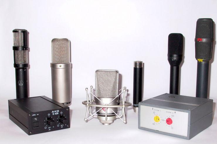 Außen die Stereomikrofone von AKG und Neumann mit den Umschaltungen für die Richtcharakteristiken, dazwischen das Røde-Röhrenmikro, das Gefell-Kleinmembranmikro mit Neumann-Logo und das Microtech Gefell UM 70 S. Davor das moderne Neumann TLM 103