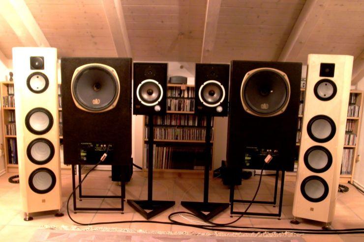 Solange sds noch nicht über ein Studio verfügt, müssen die Monitore im Hörraum mit den LumenWhite (außen) konkurrieren, die die meisten Feininformationen liefern. Beim Mastern sollte man allerdings immer mal wieder hören, wie es mit normaleren und vor allem auch kleineren Boxen klingt